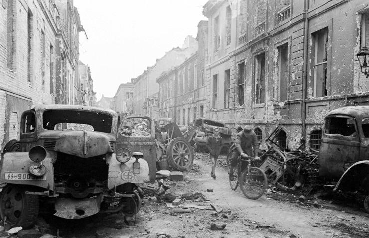 Berlinica Blog: Berlin 1945. World War II: Photos of the ...  |Berlin Germany After Wwii